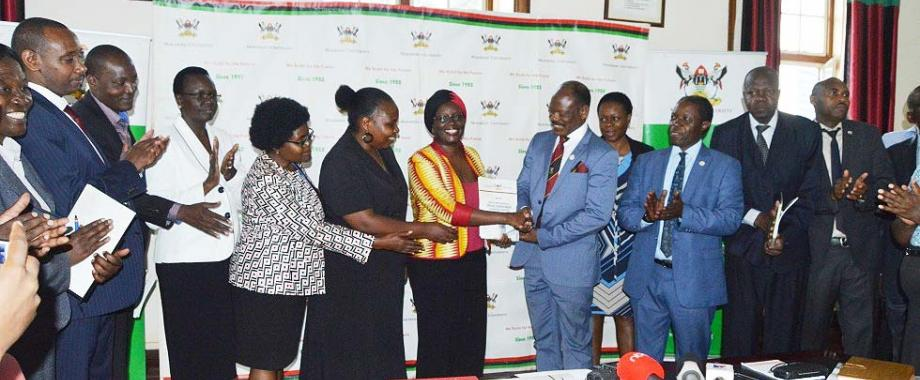The Chairperson-Prof. Sylvia Tamale flanked by members of the Committee Investigating Sexual Harassment (Left) hands over the report to Vice Chancellor-Prof. Barnabas Nawangwe, flanked by Members of Management (Right) on 25th June 2018, Makerere University, Kampala Uganda